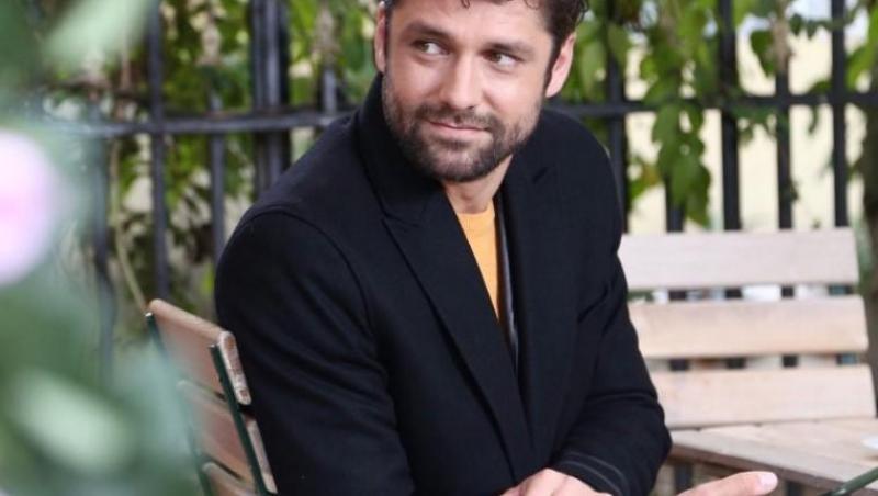 Alecsandru Duneav în sacou negru