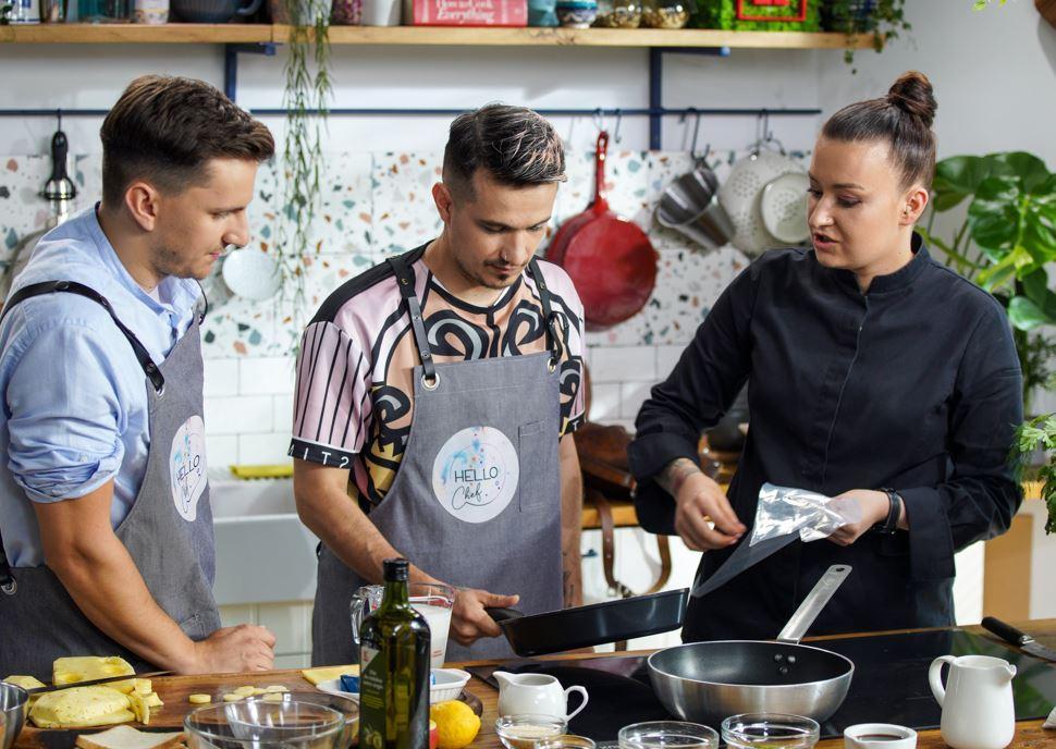 Invitații Roxanei Blenche au fost Keed și Cristi Boca, in Hello Chef, sezon 2, episod 2. Stau toti trei in bucatarie