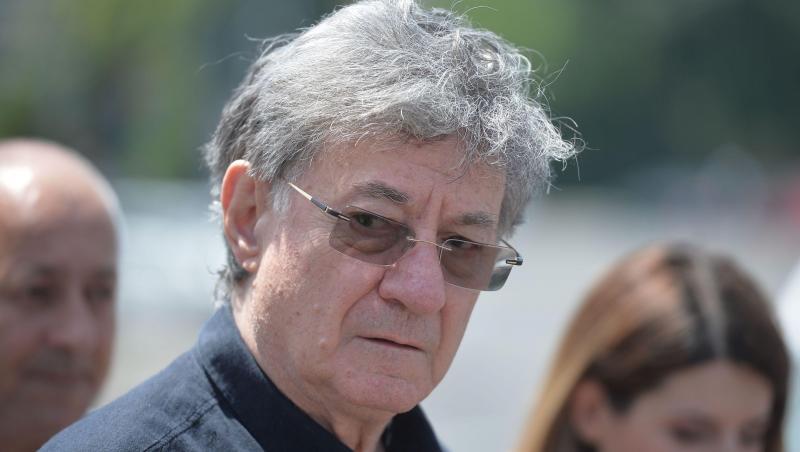 Ion Caramitru, în cămașă neagră
