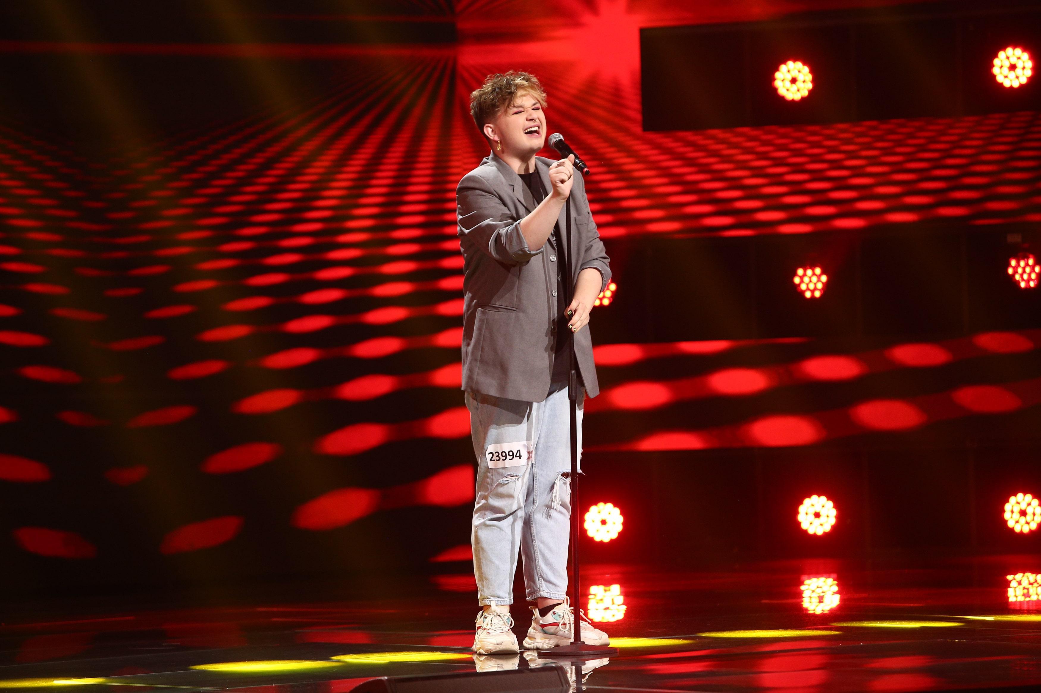 X Factor 2021, 6 septembrie. Ionuț Hanțig a impresionat cu vocea și look-ul său excentric. A cântat Proud May de la Tina Turner