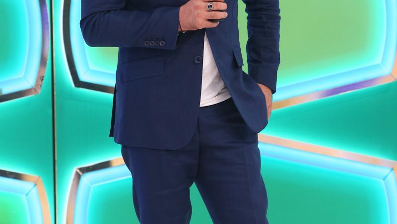 Liviu Vârciu în costum albastru la Prețul cel bun