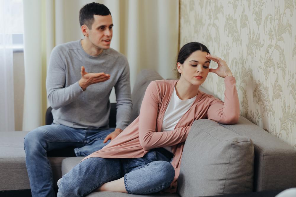 """O femeie spune că soțul ei se supără ori de câte ori aceasta încearcă să """"tragă un pui de somn"""". Care ar fi motivul, de fapt"""