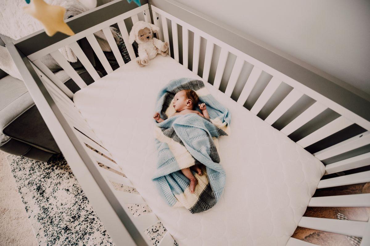 (P) Pătuțul pliant și fotoliul pentru alăptare, piese esențiale de mobilier pentru camera lui bebe!