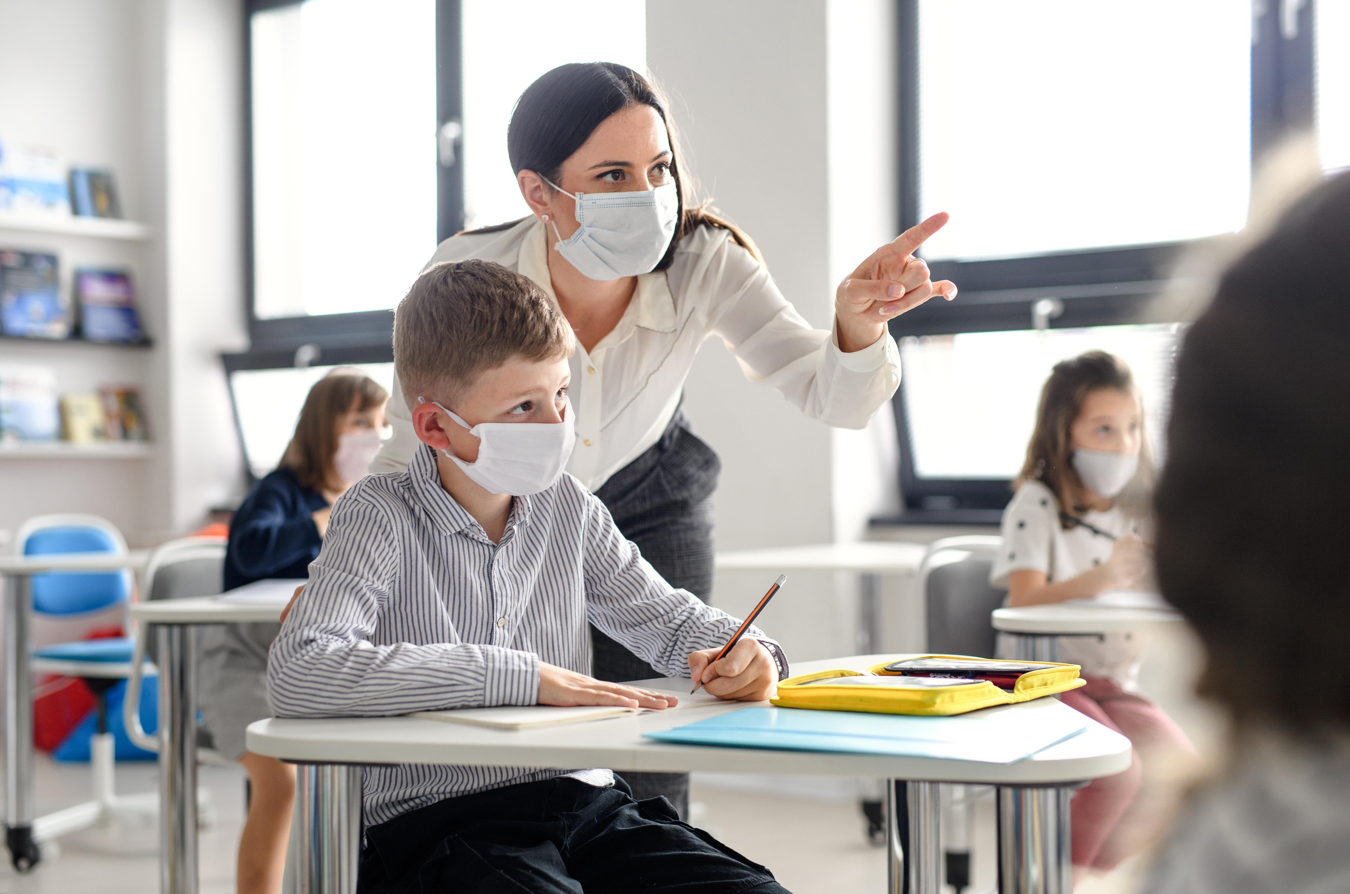 Masca de protecție, obligatorie pe o rază de 50 de metri în jurul școlilor. Totul despre începerea anului școlar 2021-2022