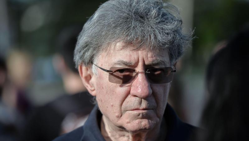 Ion Caramitru cu ochelari și cămașă neagră