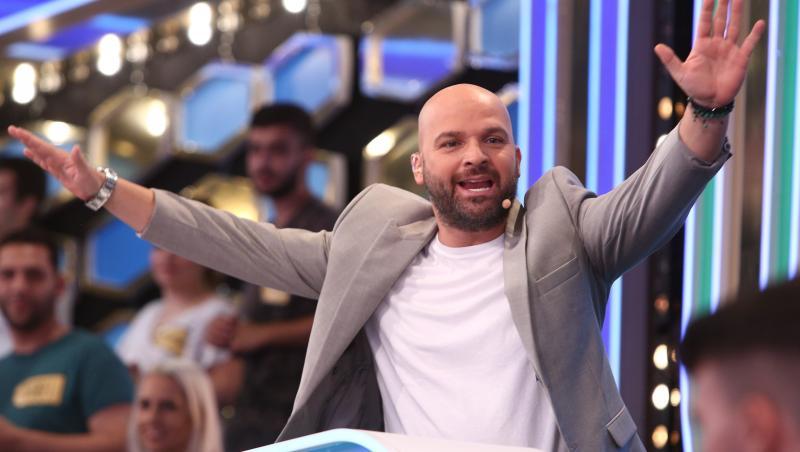 Andrei Ștefănescu în tricou alb și sacou gri