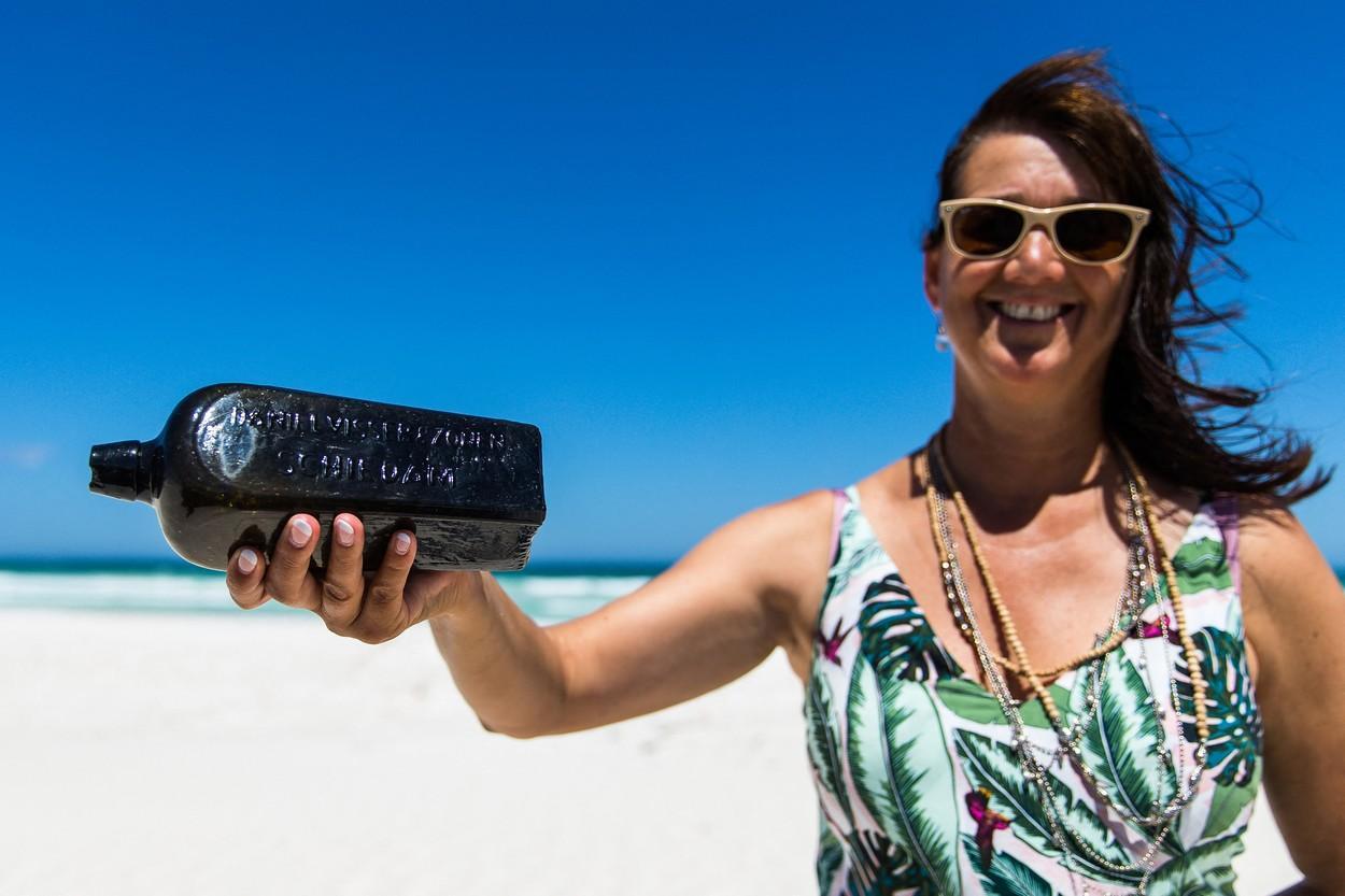 O femeie a găsit pe o plajă o sticlă veche, cu un bilet înăuntru. Hârtia din interior a făcut-o să intre în Cartea Recordurilor