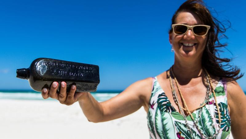 Tonya Illman aratand sticla gasita pe plaja