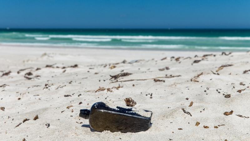 sticla gasita de Tonya Illman in nisipul unei plaje din australia