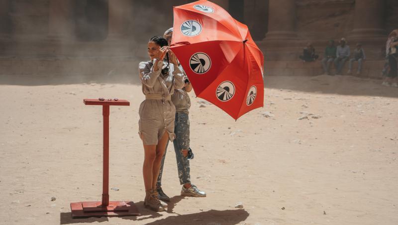 Irina Fodor, în deșert, cu o umbrelă