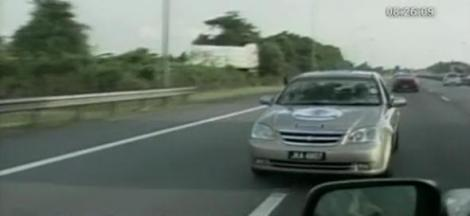 A parcurs 1010 kilometri cu masina, mergand cu spatele!