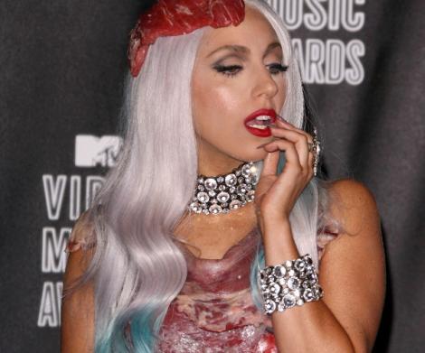 VIDEO! Lady Gaga, cot la cot cu varcolacii