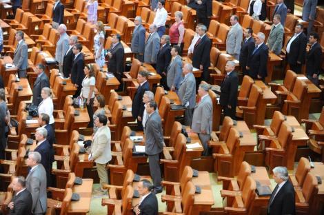 Probleme in Parlament: Oamenii nu au voie sa asiste la dezbaterea motiunii, iar pentru jurnalisti s-au montat bariere