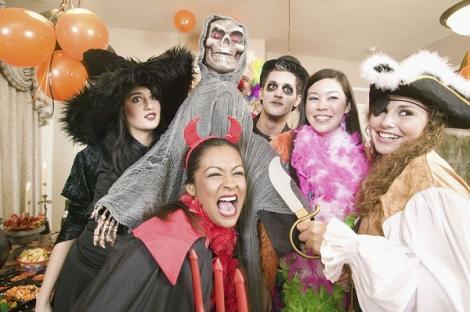 VIDEO! Tinerii au dat startul petrecerii de Halloween