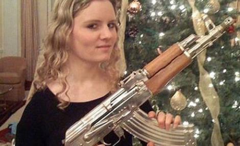 Fiica directorului MI6, pe Facebook, cu arma lui Saddam Hussein in mana