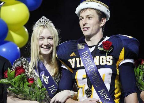 Dakota Fanning a fost aleasa regina la petrecerea privata a liceului ei