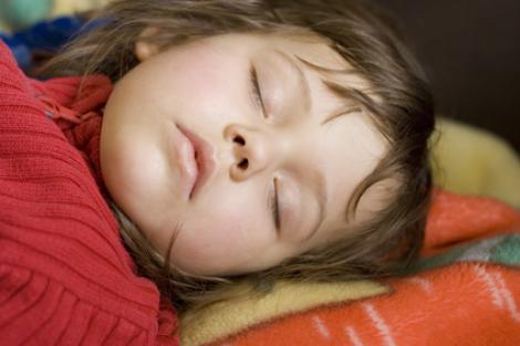Bebelusii lasati sa planga inainte de culcare dorm mai bine