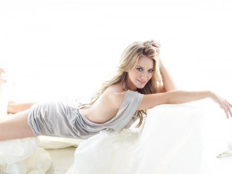 Hilary Duff isi tachineaza sotul trimitandu-i fotografii sexy pe mobil