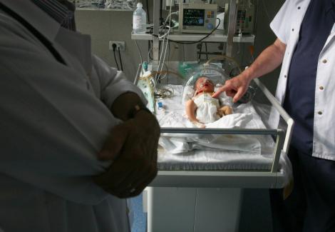 Targu-Jiu: Bebelus gasit in viata la gunoi