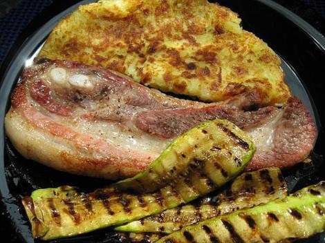 VIDEO! Reteta: julienne de porc cu cartofi rasi (rosti)
