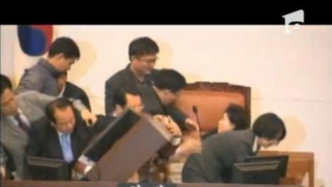 VIDEO! Scandal violent in Parlamentul Coreei de Sud