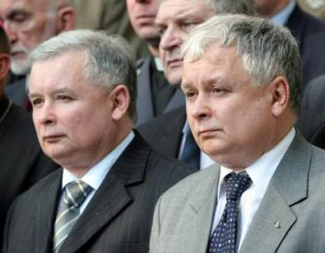 """Jaroslaw, fratele geaman al lui Lech Kaczynski: """"Omul din sicriu nu seamana cu fratele meu"""""""