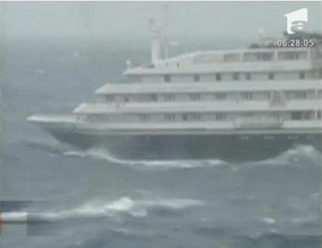 VIDEO! O nava de croaziera cu romani la bord a fost avariata de un val urias