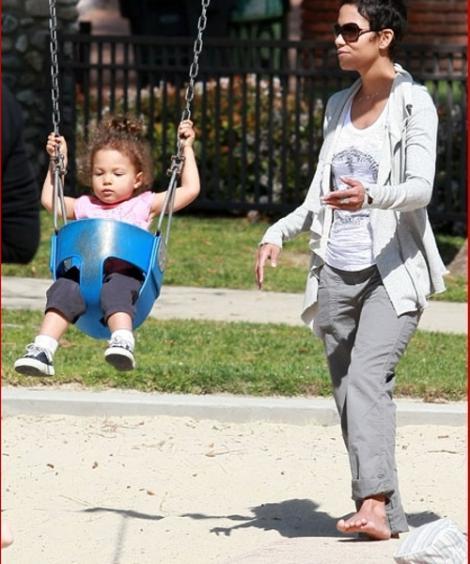 Halle Berry desculta in parc