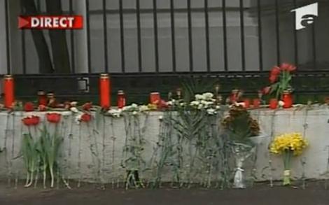 Lacrimi si flori la Ambasada Poloniei din Bucuresti