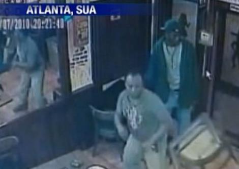 SUA: Chelner atacat la locul de munca (VIDEO)