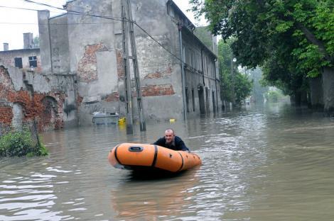 Calamitate in Polonia: 13 morti si mii de refugiati, in urma inundatiilor