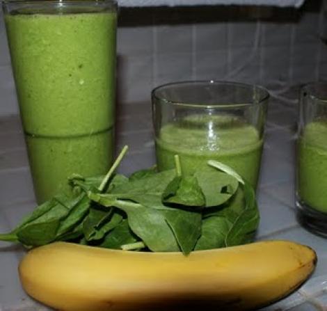 Prepara rapid un smoothie de ananas, banane si spanac