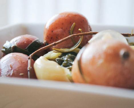 Cartofi noi cu ceapa verde si rozmarin
