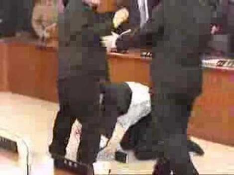 VIDEO 3 tineri au fost batuti mar de un politician britanic