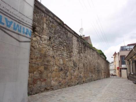 Zidul medieval de pe strada Potaissa din Cluj a intrat in renovare