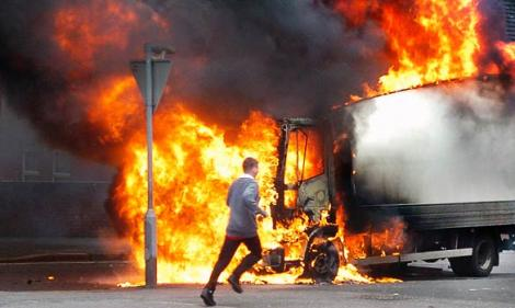 Belfast: 27 de politisti, raniti in lupte de strada