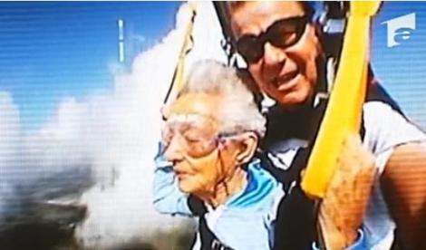 VIDEO! A sarit cu parapanta la.. 90 de ani!