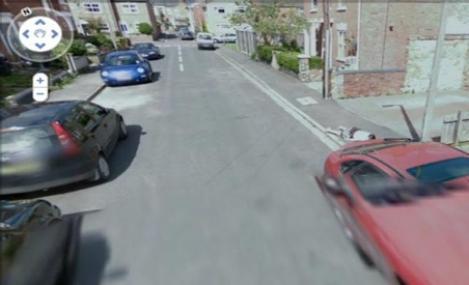 Google Street View a surprins imaginea unei fetite ce parea moarta pe un trotuar