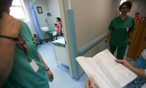 Proiect: Ministerul Sanatatii vrea sa le interzica medicilor sa lucreze si la stat si la privat
