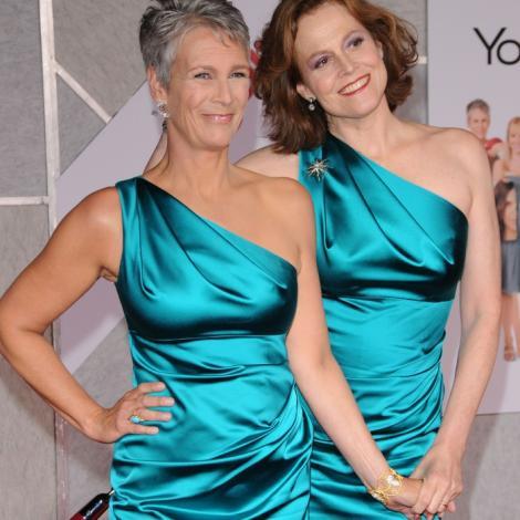 Sigourney Weaver si Jamie Lee Curtis, aceeasi rochie, aceeasi premiera