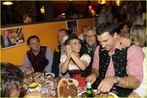 FOTO! Hayden Panettiere s-a distrat alaturi de Vladimir Klitschko la Oktoberfest