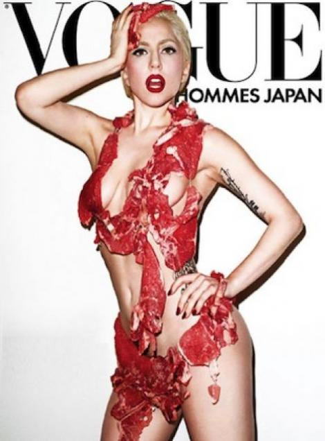 Lady Gaga a pozat imbracata in carne cruda