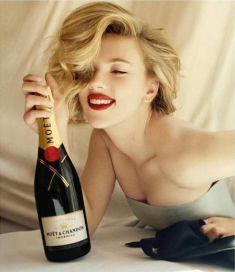 Scarlett Johansson te seduce cu sampanie