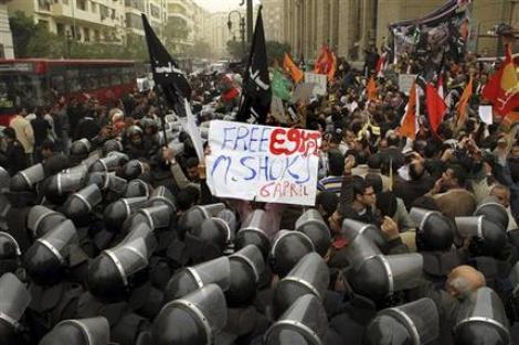 Romanii din Egipt traiesc teroarea revoltelor. MAE recomanda evitarea deplasarilor in Egipt