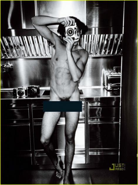 FOTO! Karl Lagerfeld si-a pozat nud muza!