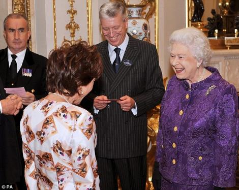 Regina Marii Britanii a ras in gura mare de tinuta unei invitate