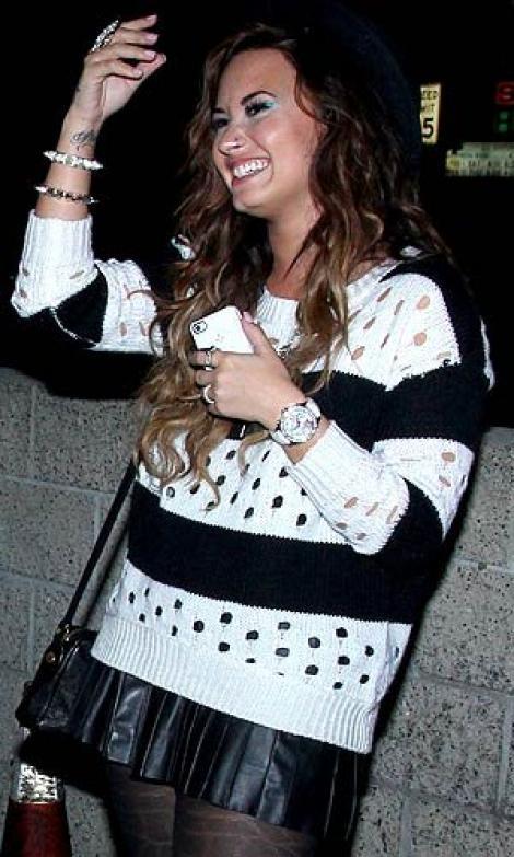 Demi Lovato si-a pus cercel in nas!