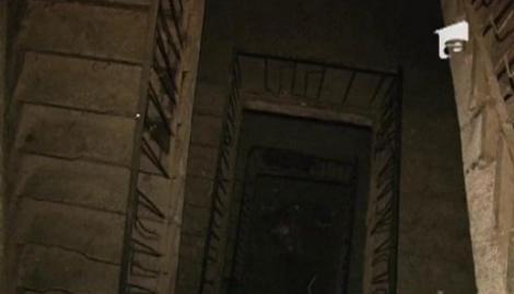 VIDEO! Un barbat a cazut de la etajul 4 cu tot cu balustrada