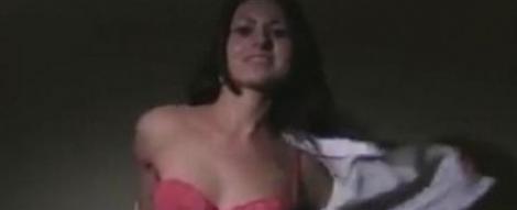 Campanie electorala la bara: A facut striptease, pentru a castiga legislativele din Polonia