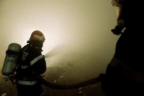 Incendii in Baia Mare: Un vagon si un gater au luat foc azi-noapte